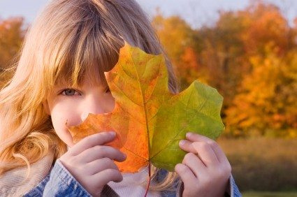 fall-girl-leaf
